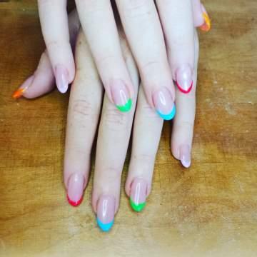 Rallongement d'ongles en gel sur chablon avec french couleur